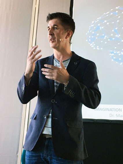 Der Neurobiologe Dr. Marcus Täuber bei seinem Vortrag am Kongress für mentale Stärke in Wien.
