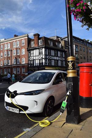 Der Strom für Ihr Elektroauto wird direkt aus der vorhandenen Verbindung der Straßenlaterne zum Netz gewonnen.